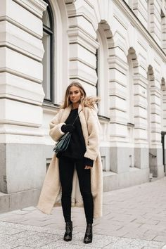 These winter coat outfits are perfect to keep you warm and stylish during the colder months! Here are some of our top favorite looks! High Fashion Trends, High Fashion Outfits, Fashion Mode, Mode Outfits, Look Fashion, Casual Outfits, Black Outfits, Womens Fashion, Ladies Fashion