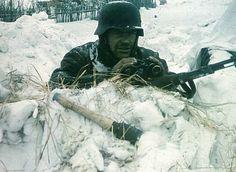 Deutscher Soldat in Russland - Warten auf den Feind-color photo-ww2shots