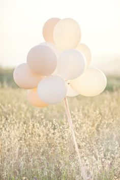 balloons in engagement photos. Pastels..Im in love with pastel colors!