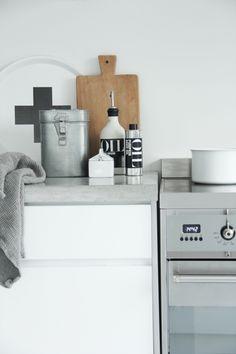Witte keuken met betonnen aanrechtblad [Elisabeth Heier].