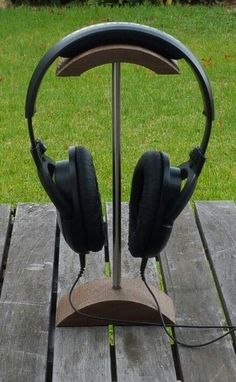 10 Super Creative DIY Headphone Stand Ideas (Some are from Recycled Materials) Cordless Headphones, Wireless Headphones Review, Skullcandy Headphones, Cheap Headphones, Gaming Headphones, Running Headphones, Diy Headphone Stand, Headphone Storage, Headphone Splitter