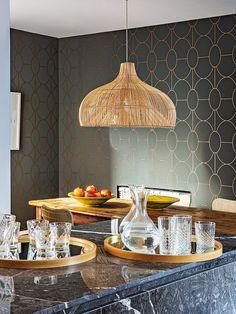 Cocina con comedor - Un piso con el toque perfecto de color Elle Decor, Table Settings, Ceiling Lights, Interior Design, Lighting, Furniture, Home, World, Mirror Floor