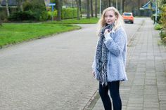 www.1310bynora.com / Fashionblogger Annora Klappe.   Fluffy coat, knitted scarf, grey outfit, casual, look, fashion, blogger