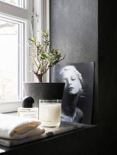 De putsade väggarna är målade med Marrakesh kalkfärg i nyansen Elephant skin från Pure & Original, Doftljus från Hing Organics, marmorbricka från HAY, Handduk från Edblad och favoritparfymen Byredos Gypsy Water.