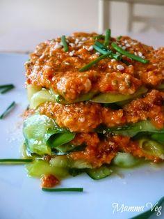 Mamma Veg: Lasagna crudista di zucchine con sugo rosso alla salvia