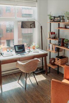 Vous avez besoin d'un coin bureau pour travailler à domicile et traiter divers dossiers administratifs ? Mais voilà, il n'est pas toujours évident de trouver un espace suffisamment grand dans l'habitation pour installer un bureau. Et si on intégrait un « coin secrétaire » dans le salon ! Voici quelques conseils pour réussir cet aménagement... #teletravail #homeworking #office #amenagement #coin #petit #deco #meuble #ordinateur #fenetre #chaise #rangement Home Office Space, Home Office Design, Home Office Decor, Home Decor, Design Living Room, Living Spaces, Design Bedroom, Space City, Piece A Vivre