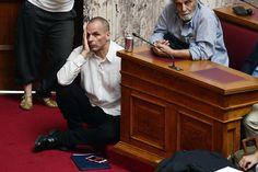 16.06 Le ministre grec des finances Yanis Varoufakis écoute le Premier ministre Alexis Tsipras lors d'un discours au Parlement à Athènes.Photo: Louisa Gouliamaki