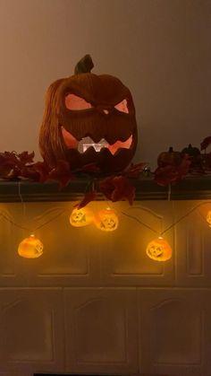Mit diesen Dekoideen ist dein zu Hause bereit für die gruseligste Nacht im Jahr. Disney Halloween, Pumpkin Carving, Home Interior Design, Love Fashion, Halloween Decorations, Instagram, Blog, Life, Halloween Ideas