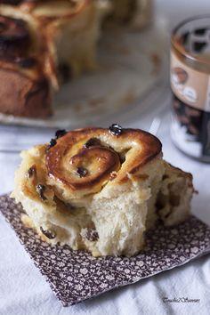 Pour démarrer la journée tout en gourmandise ou pour un goûter très réconfortant, je vous propose cette brioche garnie d'une crème pâtissière à la vanille et de raisins secs. La brioche est très moelleuse et l'ajout de crème pâtissière lui confère encore...