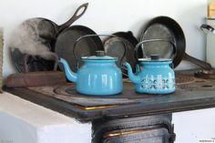 kahvipannu,emalipannu,puuhella,paistinpannu,lettupannu,sininen,emaliastiat,silitysrauta,keittiö,mökki,finel,sinihilkka,unelmientalojakoti,tunnelmakuva Finland