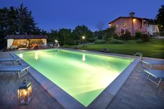 Viasuale notturna della piscina de La Tenuta dei Ricordi