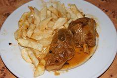 Cordero asado con patatas alargadas