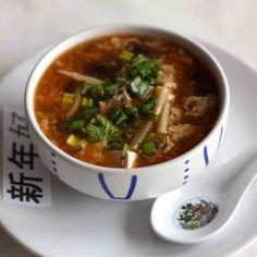 Le potage pékinois est une soupe épaisse poivrée à base de champignons, de bambou, de tofu, de porc ou volaille et parfumée au soja et au vinaigre de riz.