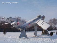 """Mig-17PF Pomnik znajduje się obok kaplicy garnizonowej w Białej Podlaskiej przy ulicy Dokudowskiej. Został ustawiony w 2002 r. Fikcyjny numer """"5058"""" oznacza numer jednostki wojskowej odpowiadający 61. LPSZ-B   (AS) Fighter Jets, Aircraft, Vehicles, Aviation, Car, Planes, Airplane, Airplanes, Vehicle"""