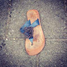 """De prins: """"Assepoester, maat 35, toch? Ben je nou alweer je muiltje verloren?!"""" #zwerfieHasseltGoirke #plasticsoep #TilburgSchoon #buurtcultuurTilburg"""
