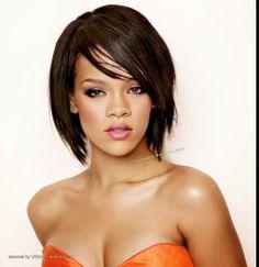Rihanna enseña los senos en desfile de modas en París : kikoduro