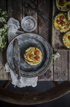 Mini quiche con asparagi, feta e pomodorini Tarts with feta cheese, cherriy tomatoes and asparagus