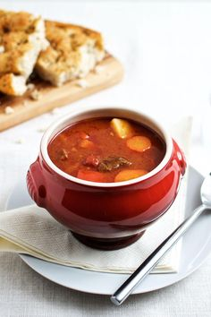 Gullashsuppe - opskrift på krydret ungarsk gullashsuppe Ungarsk gullash suppe serveret med et godt brød Lchf, Real Food Recipes, Soup Recipes, Yummy Eats, Yummy Food, Easy Japanese Recipes, Food Plus, Cook N, Food Inspiration