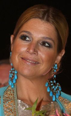 Queen Máxima of the Netherlands in Turquoise shoulder dusters Dutch Princess, Dutch Queen, Royal Dutch, Royal Queen, Queen Maxima, Famous Women, Famous People, Royal Jewels, Love Her Style