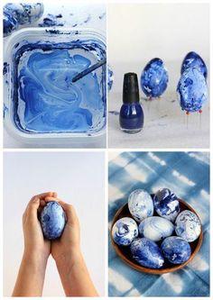 Plastikeier, Alte Schüssel, Nagellack, Gummihandschuhe, Nagellackentferner~Schüssel mit lauwarmen(Wenn das Wasser zu kalt ist, sinkt die Politur)Wasser füllen. Fügen Sie ein paar Tropfen Nagellack. Je mehr Tropfen Nagellack, desto dunkler wird das Ei. Mit einem Stab leicht umrühren, um einen Marmor-Look zu schaffen. Dip das Ei unter Wasser und wirble es herum. Beim Herausnehmen Handschuhe tragen. Eier trocknen. Ich nahm ein Stück Schaumstoff und Stecknadeln, um ein Trockengestell zu basteln.