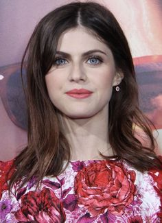 Alexandra Daddario Bio, Age, Affairs & Movies - Famous World Stars Alexandra Daddario, Hollywood Celebrities, Hollywood Actresses, Brown Hair Inspiration, Laser Skin Care, Most Beautiful Eyes, Gorgeous Women, Most Beautiful Hollywood Actress, Hair Transplant