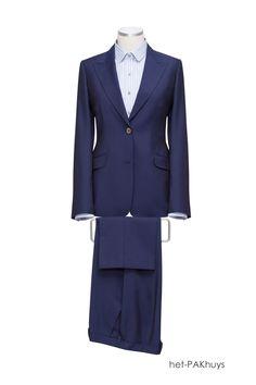 54 Zakelijk vrouwelijk kostuum gemaakt van zachte blauwe wol