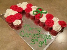 Candy Cane Pull Apart Cupcake Cake - cute and simple Christmas Deserts, Christmas Cupcakes, Noel Christmas, Christmas Goodies, Christmas Candy, Snowman Cupcakes, Christmas Ideas, Holiday Cakes, Holiday Desserts