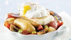 Oeufs pochés avec pommes de terre fingerling et sauté de poivrons rouges et salami
