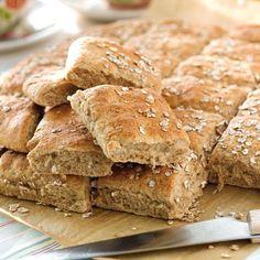 Överraska med nybakt bröd till frukost! De lättbakade rutorna med rågflingor och grahamsmjöl bakas praktiskt i långpanna.