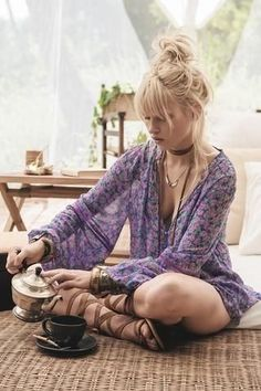 51 Stylish Bohemian Boho Chic Outfits Style Ideas Alternately, flowing dresses can be layered with different pieces to acquire a chic and tasteful appearance. Many times, the hues … - cute purple boho top Hippie Style, Hippie Mode, Looks Hippie, Bohemian Mode, Gypsy Style, Bohemian Style, Bohemian Gypsy, Bohemian Outfit, Boho Outfits