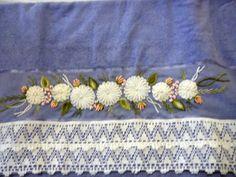 Toalha de banho lilás bordada com fita e sianinha em diversas cores. Pode ser feito o conjunto com três ou quatro peças, preço sob consulta. R$ 65,00