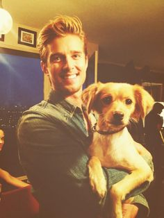 Drew Van Acker from Pretty Little Liars and his dog. Pretty Little Liars Finale, Jason Dilaurentis, Spencer And Toby, Drew Van Acker, Pretty Little Liers, Devious Maids, Man And Dog, Cute Celebrities, Celebs
