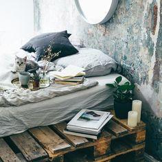 Books next to the bed (industrial style) / Bücher an einem Bett aus Paletten
