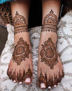 Henna Designs Arm, Wedding Henna Designs, Pretty Henna Designs, Modern Henna Designs, Engagement Mehndi Designs, Henna Tattoo Designs Simple, Finger Henna Designs, Legs Mehndi Design, Mehndi Designs For Girls