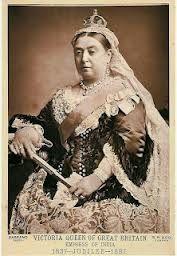 O problema é que quando a Rainha Victoria ocupou o trono, a maquiagem em geral foi quase banida por toda a Europa medieval, por ser considerado vulgar e típica de prostitutas. Até então, o batom sobreviveu em becos escuros até as atrizes trazerem sua credibilidade de volta.