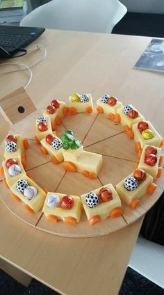 Just a locomotive to eat for the birthday party. Sch – Alimentos divertidos par… – Essen Rezepte Just a locomotive to eat for the birthday party. Party Food Meat, Snacks Für Party, Meat Food, Bug Snacks, Food Food, Fruit Snacks, Lunch Snacks, School Snacks, Baby Food Recipes