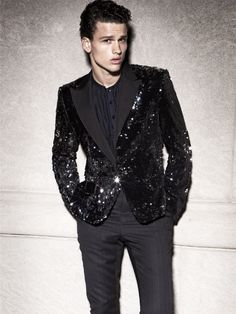 Holiday Best–As part of Vogue Mexico Hombre's fall/winter cover story, Simon Nessman is photographed by Alexander Neumann. Simon Nessman, Looks Party, Estilo Glamour, Sequin Blazer, Black Sequin Jacket, New Years Eve Outfits, Men New Years Outfit, Herren Outfit, Outfit Trends