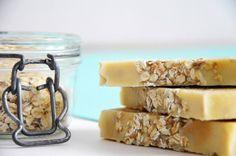 Une recette simple pour réaliser votre savon saponifié à froid au lait d'avoine, flocons d'avoine et miel. Sans huile essentielle ni huile de palme.