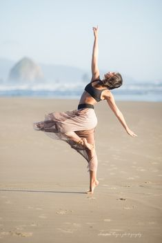 dance and movement Mallori, Dance Picture Poses, Dance Photo Shoot, Dance Poses, Dance Photography Poses, Beach Photography, Yoga Pictures, Dance Pictures, Fotos Strand, Dance Aesthetic