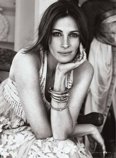 Browse these exclusive pictures of Julia Roberts posing for the September 2010 ELLE cover. This picture gallery of Julia Roberts is based off her Eat, Pray, Love role. Face Off, Julia Roberts Quotes, Elle Magazine, Meaningful Quotes, Famous Faces, Pretty Woman, Movie Stars, Love Her, Beautiful People