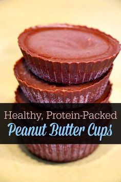 These homemade chocolate peanut butter cups are dairy, sugar, and gluten free.and they're packed with protein! I love this healthy snack even better than Reese's! Chocolate Peanut Butter Cups, Homemade Chocolate, Homemade Food, Real Food Recipes, Dessert Recipes, Desserts, Healthy Recipes, Allergies Alimentaires, Healthy Treats