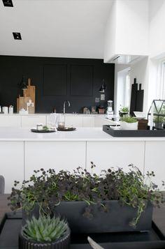 45 Uncommon Black Scandinavian Kitchen Design For Your Inspirations. Get More Princely Scandinavian Kitchen Black Ideas Modern Kitchen Cabinets, New Kitchen, Kitchen Decor, Kitchen Modern, Cocinas Kitchen, Scandinavian Kitchen, Cuisines Design, Küchen Design, Lofts