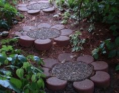 Vogliamo condividere con voi alcune immagini di giardini arricchiti con dei camminamenti davvero meravigliosi, che creanoun'atmosfera unica in giardino soprattutto nei giardini di grande ampiezza. Che possano darvi qualche spunto per la vostra prossima creazione in giardino! 1 Passaggio con copertoni riciclati 2 Sentiero Zen con ponticello