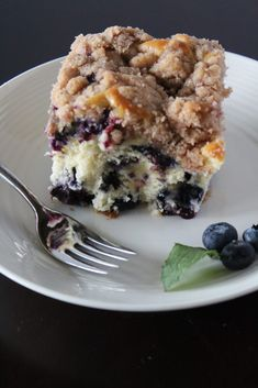 An easy and delicious blueberry buckle coffee cake recipe that is positively bursting with tasty blueberries and topped with a sweet crumb. Blueberry Desserts, Köstliche Desserts, Delicious Desserts, Dessert Recipes, Blueberry Zucchini Coffee Cake, Blueberry Bread, Health Desserts, Blueberry Buckle Recipe, Muffins