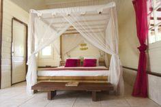 Na een dagje luieren spring je zo dit romantische bed in.
