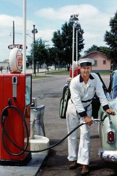 Fill 'er up - a gas station attendant from the distant past.my great uncles owned a gas station. Old Gas Pumps, Vintage Gas Pumps, Full Service Gas Station, Gas Service, Clean Windshield, Gas Station Attendant, Pompe A Essence, Auto Retro, Retro Ads