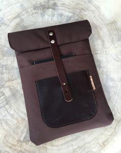 """Die Notebooktasche """"Talento Segeltuch"""" wurde mit Leder, Segeltuch und Volumenvlies genäht. Geschlossen wird sie mit einem Lederiemen. Im vorderen Bereich befindet sich ein Lederfach, in der viel... Chiquita, Laptop, Wallet, Taschen, Leather, Laptops, Purses"""