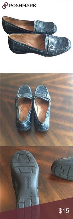 Navy Blue Naturalizer Loafer Navy blue crocodile patterned loafer with silver accent. Shoes gently used. Naturalizer Shoes Flats & Loafers