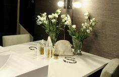 Charming details in bathroom decoration. / Viehättäviä yksityiskohtia kylpyhuoneen sisustuksessa. Beautiful Bathrooms, Modern Bathroom, Vase, Lights, Table Decorations, Blog, Furniture, Home Decor, Homemade Home Decor