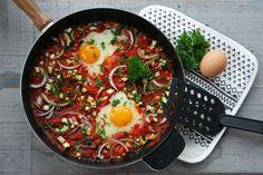 Eenpansgerecht van eieren in lichtpittige groenten – www.truitjeroermeniet.be De dagen dat ik naar kantoor ga, moet het allemaal snel, snel gaan en heb ik vaak zelfs geen tijd om rustig mijn ontbijt t